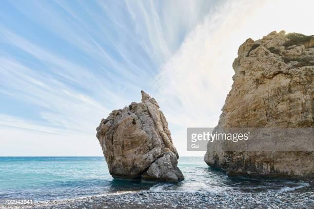 petra tou romiou or aphrodites rock, paphos, cyprus - 女神アフロディーテ ストックフォトと画像
