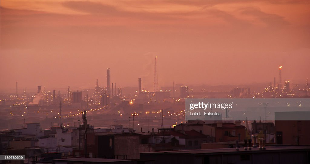 Petrochemical industry of Tarragona at nightfall : Foto stock