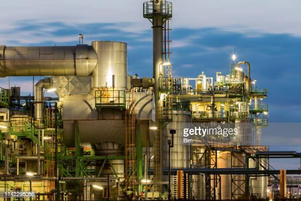 夜の石油化学プラント - ビジネスと経済 ストックフォトと画像