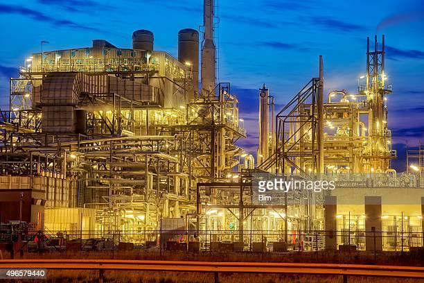 Petrochemische Fabrik beleuchtet bei Dämmerung