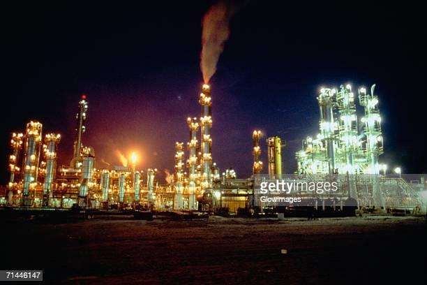 petrochemical plant lit up at night, salvador, brazil - planta petroquímica fotografías e imágenes de stock