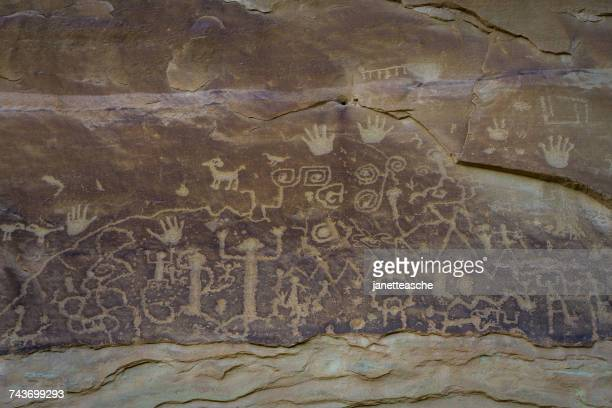 petroglyphs at mesa verde national park, colorado, america, usa - cave painting 個照片及圖片檔
