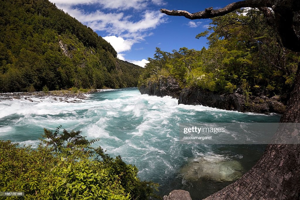 Petrohue river in the Chilean Lake District. : Bildbanksbilder