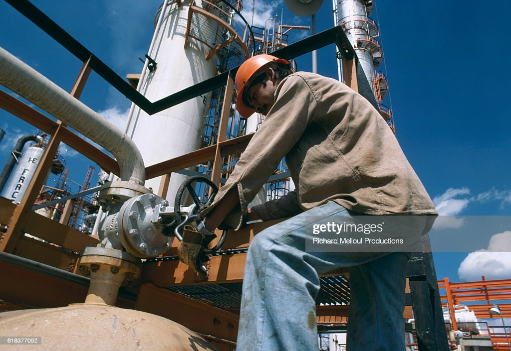 Oil Refinery in Mexico : News Photo
