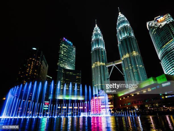 torres de petronas em kuala lumpur malásia a noite - torres petronas - fotografias e filmes do acervo