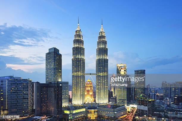 torres petronas ao pôr-do-sol, kuala lumpur, malásia - torres petronas - fotografias e filmes do acervo