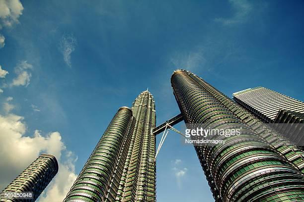 petronas towers cityscape - torres petronas - fotografias e filmes do acervo