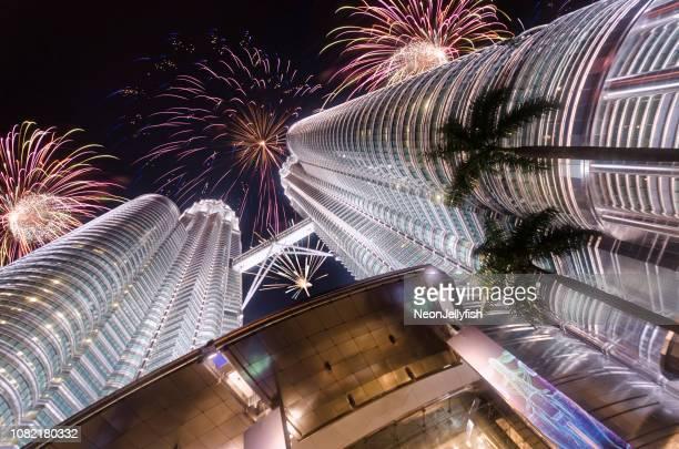 petronas towers feuerwerk - kuala lumpur stock-fotos und bilder