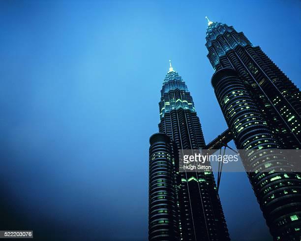 petronas towers in kuala lumpur in the evening, malaysia - hugh sitton foto e immagini stock