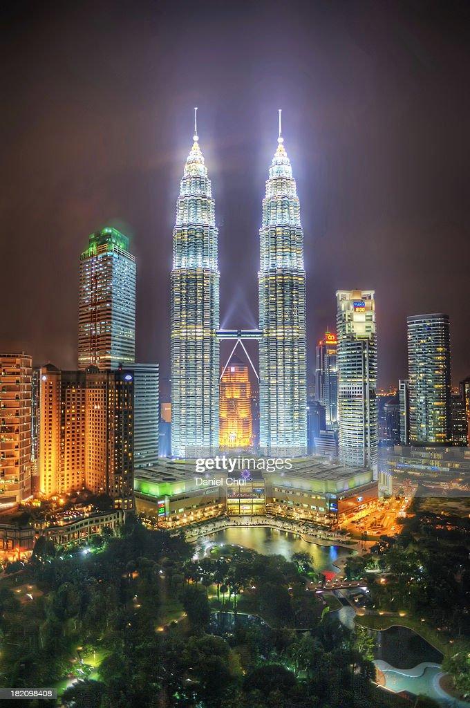 Petronas Twin Towers and KLCC Park at night : Foto de stock