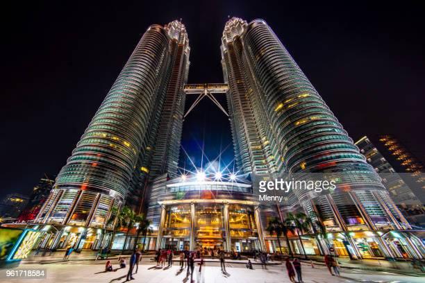 petronas twin towers em kuala lumpur de noite - torres petronas - fotografias e filmes do acervo