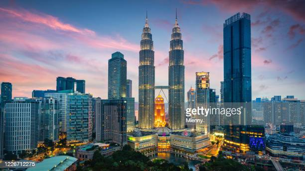 petronas twin towers sonnenuntergang twilight panorama kuala lumpur malaysia - kuala lumpur stock-fotos und bilder