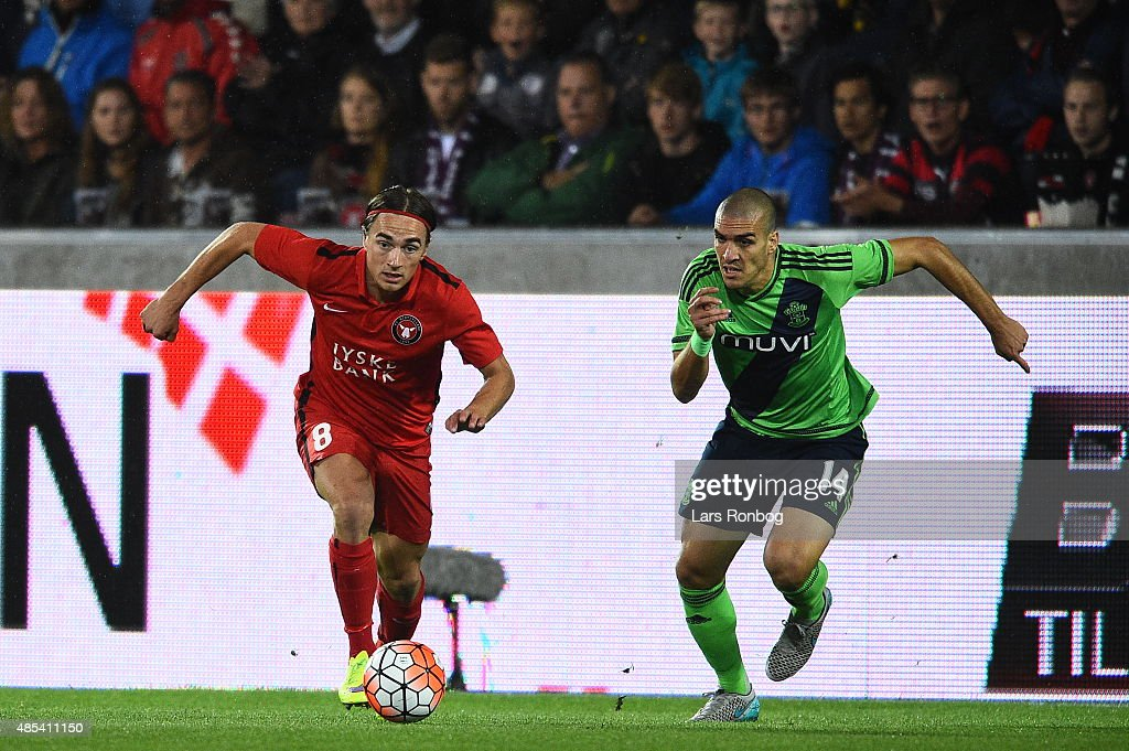 Petter Andersson of FC Midtjylland (l) and Oriol Romeu of Southampton (r) chase after te ball during the UEFA Europa League match between FC Midtjylland and Southampton FC at MCH Arena on August 27, 2015 in Herning, Denmark.