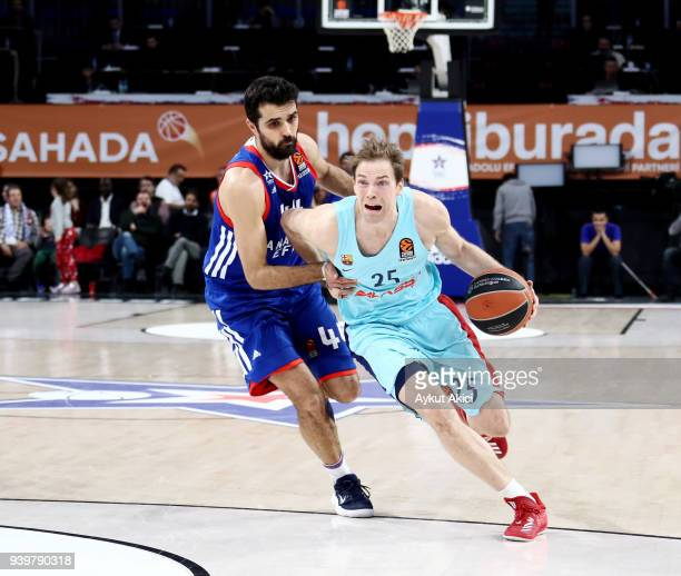 Petteri Koponen #25 of FC Barcelona Lassa competes with Krunoslav Simon #44 of Anadolu Efes Istanbul during the 2017/2018 Turkish Airlines EuroLeague...
