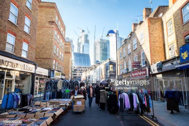 petticoat lane straatmarkt in londen, verenigd koninkrijk - londen stadgebied stockfoto's en -beelden