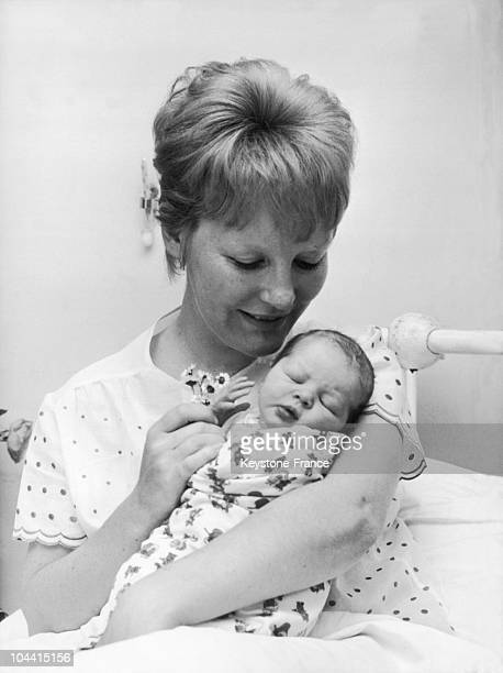 Petula CLARK and her little girl CATHERINE at a maternity ward in Paris on May 24 1963 Married to Claude Wolff she had already given birth to Barbara...