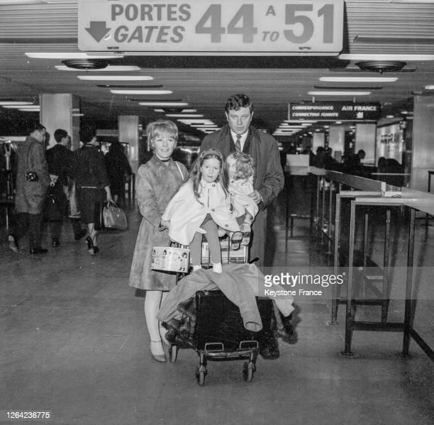 Petula Clark avec son mari Claude Wolff et leurs 2 filles Katherine Wollf et Barbara Wolff, en partance pour les Etats-Unis, à l'aéroport d'Orly en...