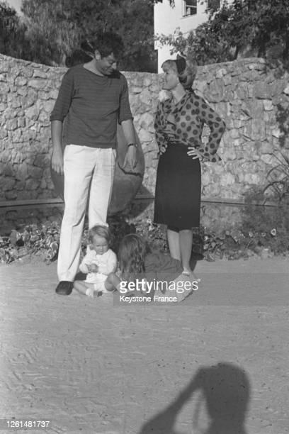 Petula Clark avec son mari Claude Wolff et leurs deux petites filles, Barbara et Kathy dans le jardin de leur propriété, en France le 6 octobre 1964.