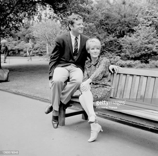 Petula Clark et on mari Claude Wolff photographiés dans un parc à Londres, Royaume-Uni le 27 juin 1966.
