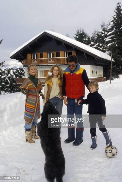Petula Clark à la montagne avec son mari Claude et leurs enfants Barbara et Patrick en décembre 1976 à Mégève France