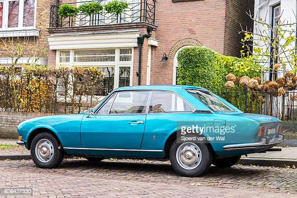 peugeot 504 coupe 1970s french car parked on the street - sjoerd van der wal or sjo stockfoto's en -beelden