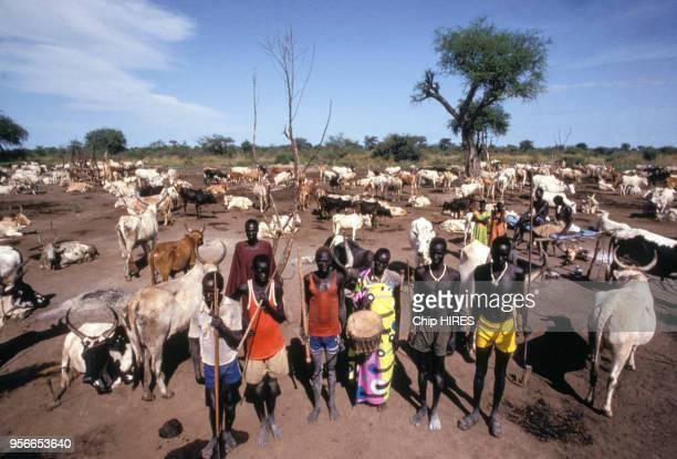 Peuple Dinka durant la construction de canal Jonglei le 24 octobre 1984 au Sud Soudan.