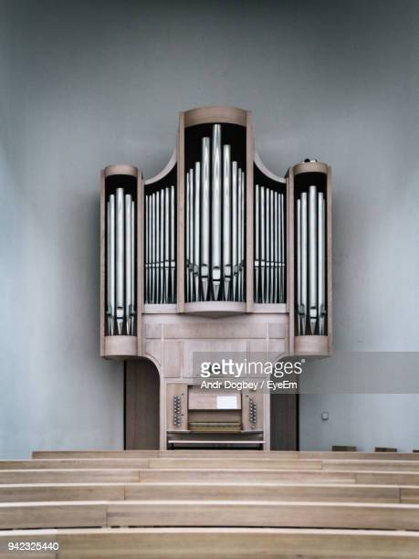 pew and pipe organ at church - church organ stock pictures, royalty-free photos & images