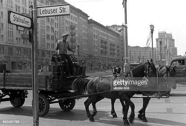 Pferdefuhrwerk auf der Stalinallee amUBahnhof Strausberger PlatzStrassenschilder `Stalinallee' und`Lebuser Strasse' 00071959