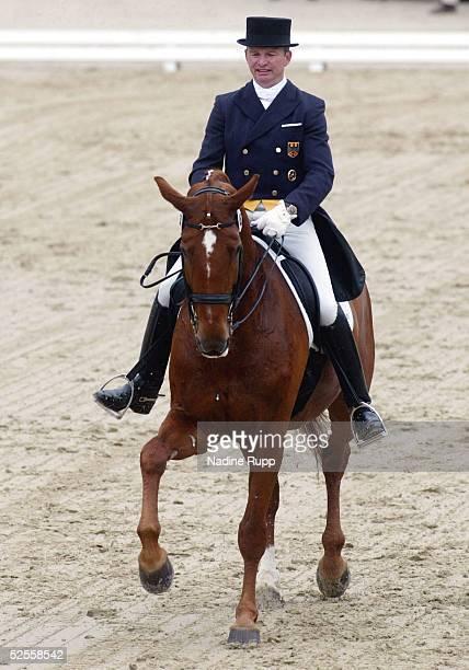 Pferdesport: Deutsche Meisterschaft 2004, Balve; Dressur; Hubertus SCHMIDT auf Wansuela suerte 13.06.04.