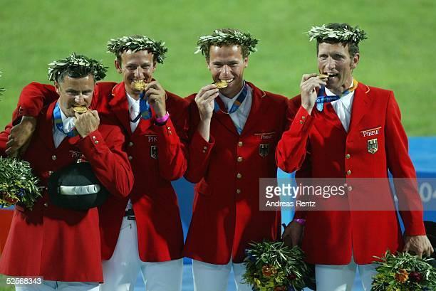 Pferdesport Olympische Spiele Athen 2004 Athen Springen / Mannschaft / Finale Gold Team Deutschland mit Otto BECKER Marco KUTSCHERChristian AHLMANN...