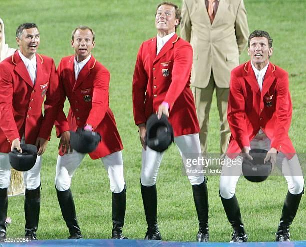 Pferdesport: Olympische Spiele Athen 2004, Athen; Springen / Mannschaft / Finale; Gold fuer Deutschland. Die Reiter um Otto BECKER, Marco KUTSCHER,...