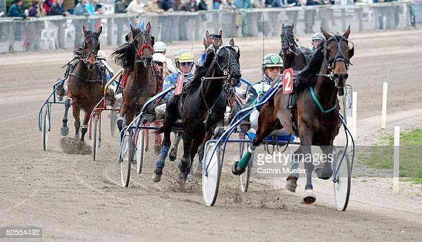 Pferdesport / Traben Ostermeeting in Bahrenfeld 2004 Hamburg Deutscher TraberZirkel 3 vorlauf Gruppe 2Rennen 110404
