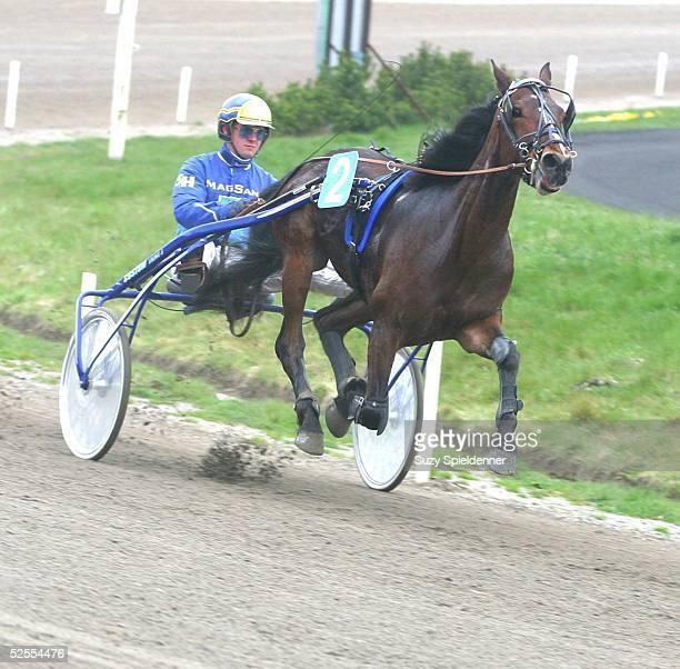Pferdesport / Traben Ostermeeting in Bahrenfeld 2004 Hamburg Pit PanRennen 1 Vorlauf Standardrennen Stefan HOFMANN ' Tilak ' 120404