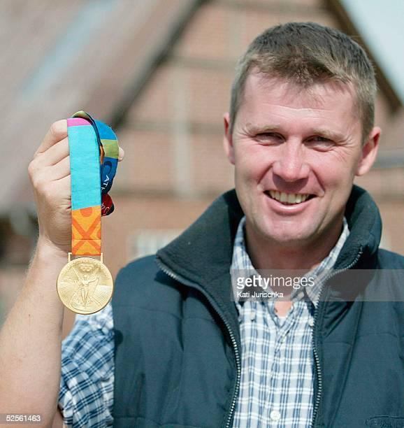 Pferdesport / Vielseitigkeit Feature 2004 Doehle Andreas DIBOWSKI / GER mit seiner aberkannten Goldmedaille 240804