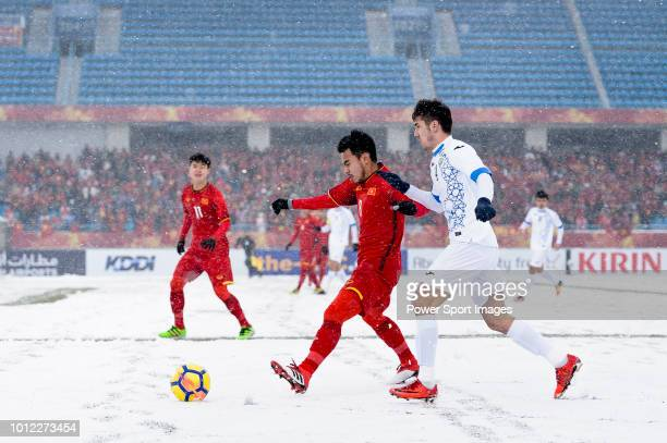Pham Duc Huy of Vietnam fights for the ball with Akramjon Komilov of Uzbekistan during the AFC U23 Championship China 2018 match between Vietnam and...