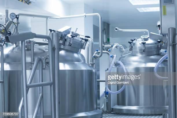 pharmaceutical production equipment in pharmaceutical plant - sigrid gombert fotografías e imágenes de stock