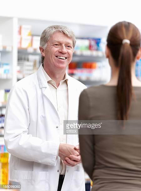 Farmacêutico ter contactos com o cliente