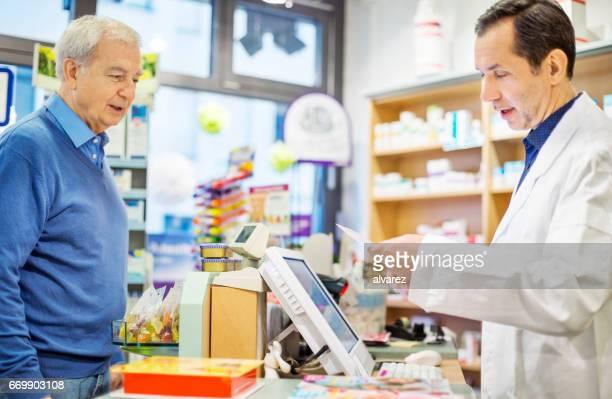 Apotheker erklären, Rezept, senior woman