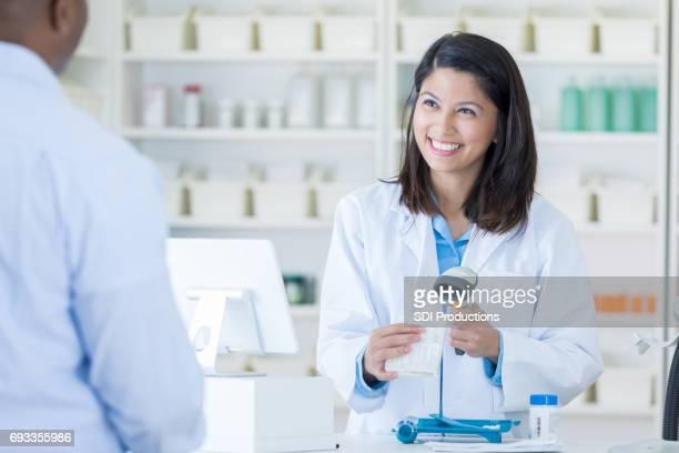 薬剤師スキャン チェック アウト カウンターでお客様の購入