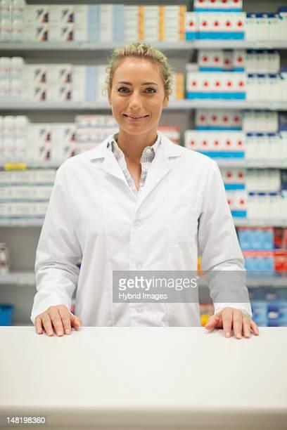 Pharmacien souriant derrière le comptoir