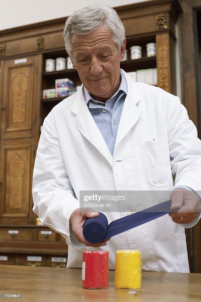 Pharmacist winding up exercise band : Stock-Foto