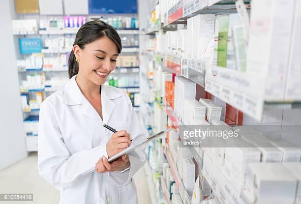 Farmacéutico de trabajo en un droguería que quieran