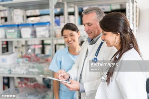 Apotekare talar på apotek och tittar på ett dokument