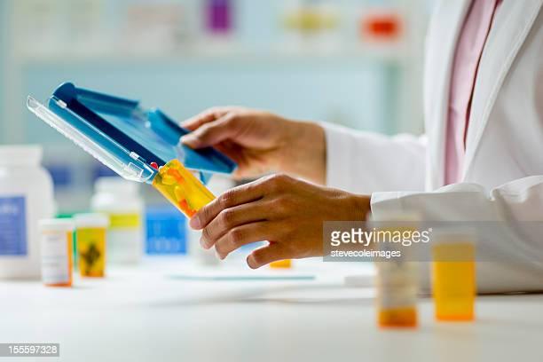 Apotheke Hände mit Tablette gegen/Tee-Sortiment und eine Flasche