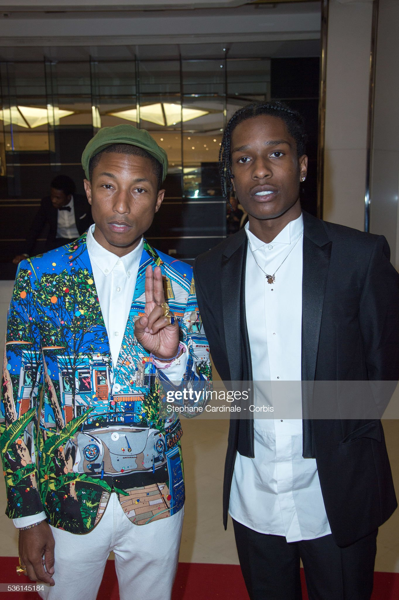 ¿Cuánto mide Pharrell Williams? - Altura - Real height Pharrell-williams-and-asap-rocky-attends-the-dope-premiere-for-the-picture-id536145184?s=2048x2048