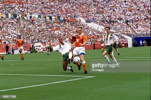 Phil Babb Peter van Vossen during the FIFA World Cup 1994 round of 16 match between Netherlands and Ireland om July 4 1994 at the Citrus Bowl stadium...