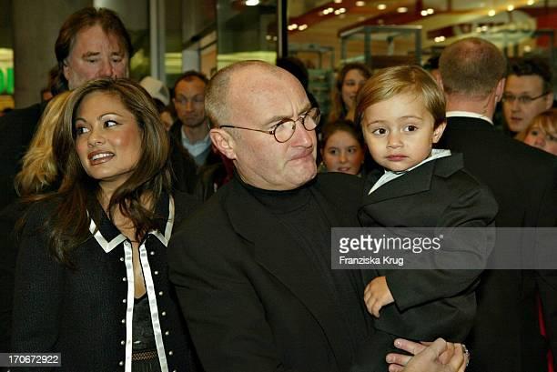 Phil Collins Mit Ehefrau Orianne Sohn Nicholas Bei Der Premiere Des Disney Zeichentrickfilmes Bärenbrüder Im Mathäser Kino In München Am 120304