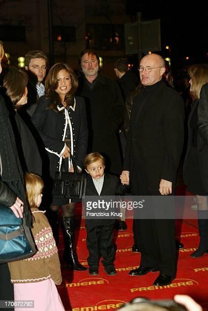 Phil Collins Mit Ehefrau Orianne Und Sohn Nicholas Bei Der Premiere Von Bärenbrüder In München