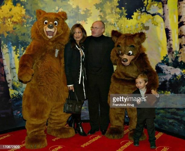 Phil Collins Mit Ehefrau Orianne Und Sohn Nicholas Bei Der Premiere Des Disney Zeichentrickfilmes Bärenbrüder Im Mathäser Kino In München Am 120304