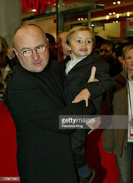 Phil Collins Mit Sohn Nicholas Bei Der Premiere Des Disney Zeichentrickfilmes Bärenbrüder Im Mathäser Kino In München Am 120304